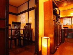 入り口を入って左手の個室には4名掛けのテーブル席が2卓ございます。個室貸切はお気軽ご相談下さい。