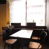 1~4名様でご利用頂ける窓際のテーブル席です。