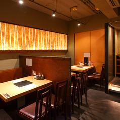 1~4名様向けの少人数個室は、飲み会から接待まで活用できる寛ぎのテーブル席です。リラックスできる気楽な空間で、季節を感じる旬食材のお料理やお酒を存分にご堪能ください。