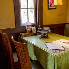 テーブルレイアウトは用途に合わせて組換え可能。まずはご相談ください。※写真は系列店です。