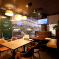 【2F】窓際にある2名~4名様のソファ席。「食楽バルTAKEO土浦店」はデートや女子会などの少人数でのご利用もOK♪周りを気にせずお食事をお楽しみいただけます。
