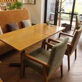 ママ会など、4名様でぴったりなテーブル席。