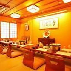 【座敷テーブル席/8~24名様】中規模の宴会に最適な使い勝手の良い個室です。落ち着きのある暖色の灯りが安らぎの空間を演出致します。会社仲間との一杯やご家族でのお食事シーンなどにも是非ご利用くださいませ。各種ご宴会のご予約お待ちしております。