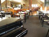 生演奏ピアノ。ロングベンチ・シート。