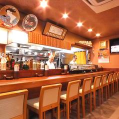職人さんと会話しながら気軽にお食事、お酒が飲めるカウンターは常連様御用達の席。喫煙可能です。