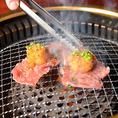 人気の焼肉!『モモ肉3秒焼き』950円(税抜)は、サッと炙って肉の旨味を閉じ込めて、お肉が一番美味しいうちに召し上がるのがおすすめの逸品です。お口の中でとろける柔らかい肉質とジューシーな美味しさを味わえます。おろし大根と併せてどうぞ