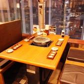 窓際のテーブル席は夜景の見える特等席★