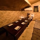 4~12名様までご対応のお座敷個室。斜めになった天井が、屋根裏部屋のようなくつろぎムードを醸し出します。気のおけない仲間と、鍋を囲んでワイワイとご宴会をお楽しみ下さい。