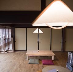 ご家族でもご利用しやすいお座敷席です。高い天井がゆったりした開放的な雰囲気を醸し出しています。