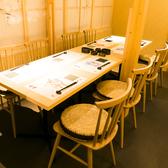 和を感じる落ち着いた雰囲気の店内には、ゆったりくつろげるテーブル席をご用意致しております。飲み会、接待、女子会など幅広いシーンでご利用頂けます。全席完全個室になっておりますので、リラックスしてお食事やお酒をお愉しみ頂けます。
