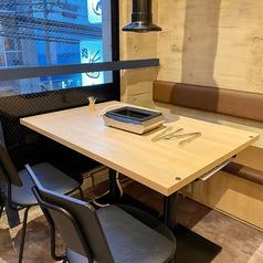 カジュアルで開放感のあるテーブル席でこだわりの焼肉、肉寿司をご堪能ください♪