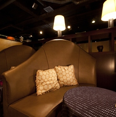 【ラブシート】カップル用のソファー席で普段と違ったデートをお楽しみ頂けます。豊富なカクテルを始めワイン等を楽しめます。