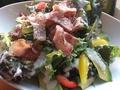 料理メニュー写真炙りベーコンとアボカドのシーザーサラダ