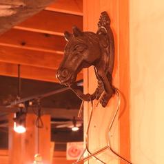 店内には馬肉にちなんで馬のイラストや小物が!!こだわりの内観もお楽しみ頂けます。