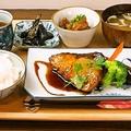 料理メニュー写真ほっこりおふくろの味、お魚セット (ブリの照り焼き)