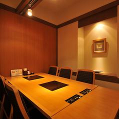 お座敷・テーブルなど大小個室をご用意。会社宴会や慶事など、66名様までの大広間もご用意しております。