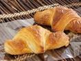 上質なバターの味わいがクロワッサンの香ばしい味わいをより一層引き立てている最高のクロワッサン☆