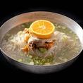 《一麺入魂》麺からこだわった自家製手打ち冷麺。コシのある手練りの麺、じっくり仕込んた極上のスープ、旨味と辛味が調和した自家製のキムチが三位一体となって織りなす絶妙な味わいです。