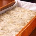 木の温もりに溢れた店内で毎日蕎麦打ちを行っております。打ち立ての蕎麦は絶品の一食。