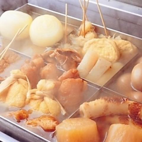 """江戸名物として流行した、豆腐を串に刺し、焼いてから味噌を付けて食べる田楽がルーツ。当店のおでんは丹念に焼いたうなぎの""""カブト""""を出汁に使い、コクを引き出したうなぎ串屋ならではの『おでん』です。"""