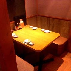 シックな雰囲気が自慢のテーブル席。