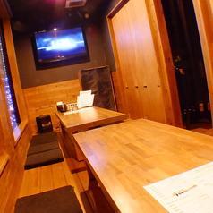 【1階お座敷個室】プロジェクターもあるので、映像持ち込みも可能です。最大16名様までOK♪会社宴会や歓送迎会など個室でメッセージ動画などを流したい時におすすめのお席です。