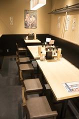 少人数から中人数まで座れる店内奥のテーブル席。最大12~14名ほど座ることのできるお席。団体でご利用したいときはココがおすすめ!