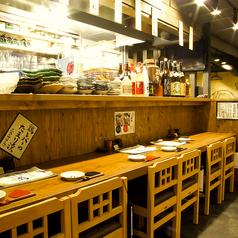 西明石駅西口から徒歩1分と好立地!駅チカで交通アクセスも便利です。気ままに立ち寄ったほっこり和める居酒屋で、厳選した地酒や日本酒と食べごたえのあるふっくらとした焼き鳥や、脂ののった旬の素材を使った海鮮料理をご堪能ください。(写真は系列店)
