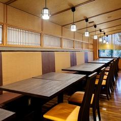 テーブル席です。ご家族、ご友人とのお食事はもちろん、各種ご宴会もぜひ『かごの屋』をご利用下さい。※店舗により部屋の配置・席数が異なる場合がございます