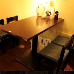 2名掛けテーブル×4、4名掛けテーブル×2ございます。テーブル同士をくっつければ最大7名までの少人数の宴会もご利用可能です!