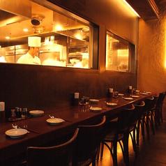 おすすめシーン…ガラス越に厨房を望みながら自然にちょっと肩寄せあえるカウンター席はデートに◎
