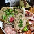 料理メニュー写真自家製お肉のオードブル盛り合わせ(パテ・リエット・ハムetc…)
