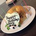 お誕生日や特別な日には、シェフ自慢の可愛いケーキも♪写真はアメ細工のデコケーキ 1500円~