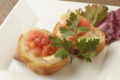 料理メニュー写真カマンベールとトマトのブルスケッタ