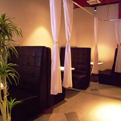 【2階カップルシート個室】LAZO人気のカップルシートです♪最大4名様まで収容可能です。お席は限りがありますので、ご予約はお早めに!