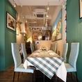 店内テーブル席は青・白・赤を基調としたフランス・パリをイメージした雰囲気になっています。