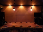 ど~んと一枚板で作られたテーブルが印象的な、2階の掘りごたつ個室【亀】の部屋。