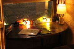 窓際には隣同士のテーブルが二つあります。たまには肩を並べてお食事はいかがですか♪