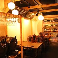 店内にはワインやグラスが飾られています。落ち着いた雰囲気なのでゆっくりおくつろぎ頂けます♪