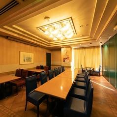 80名様までご利用可能なテーブル席個室。周りの目を気にせずごゆっくりお食事をお楽しみいただけます。誕生日パーティー、イベントの打ち上げなど様々なシーンで活躍する個室です。