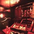 【シガールーム】分煙されたシャンデリアが印象的なシックなソファ席シガールーム。店内にて葉巻販売も行っております。キューバ産コイーバなど10種類以上ご用意致しております。お気に入りの一本を探してみてはいかがでしょうか。