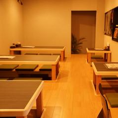 4~5名様がゆったり座れる掘りごたつ席と、2名様専用の掘りごたつ席がございます。