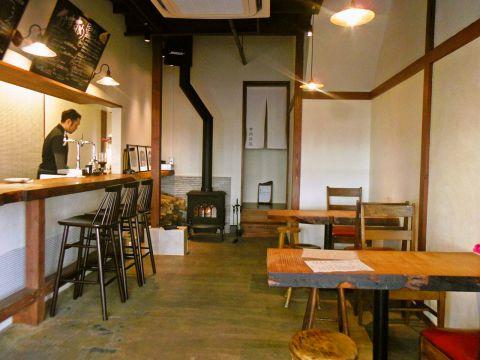 古き良き昭和のにおいを感じさせつつ、洗練された雰囲気の店内。居心地のいい空間でゆったり料理を味わえる。