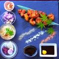 鶏コロールの店名はトリコロールのフランス語で「3色」の意味からもきております。色鮮やかな四季色々の食材を使いそれを表現しております。