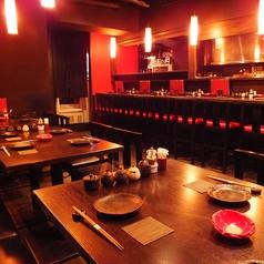 赤と黒で統一した店内は、モダンで落ち着いた雰囲気♪デートや女子同士でもOKな鶏々味鳥です!夜10時以降でもお食事がお楽しみいただけますので、ゆったりした店内で、こだわりのお料理をこころゆくまでご堪能ください♪