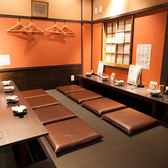 博多の居酒屋をイメージした背中合わせになっているカウンター式のお席★団体さんは真ん中にテーブルを置いてご利用も可能です。