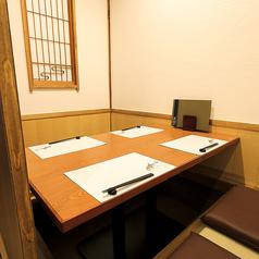 取り外しのできない壁で三方を囲んだ、完全な個室です。ご接待をはじめとした大切なお席に最適なお部屋です。前後もしっかりと空間をとっているのでゆったりとおくつろぎいただけます。