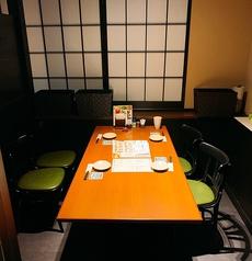 2階にはテーブルタイプの個室もご用意しております。締め切ることができる完全個室になります。