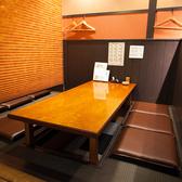 3つ並んだ小上がりの掘りごたつ席(右側)★宴会の場合は掘りごたつを埋めて隣の席とつなげます。