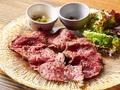 料理メニュー写真できたて黒毛和牛イチボのローストビーフ〈200g〉